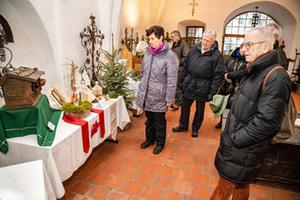 Krippenausstellung Bayern | Besucher in Kirche bei Kripperlroas in Tittmoning