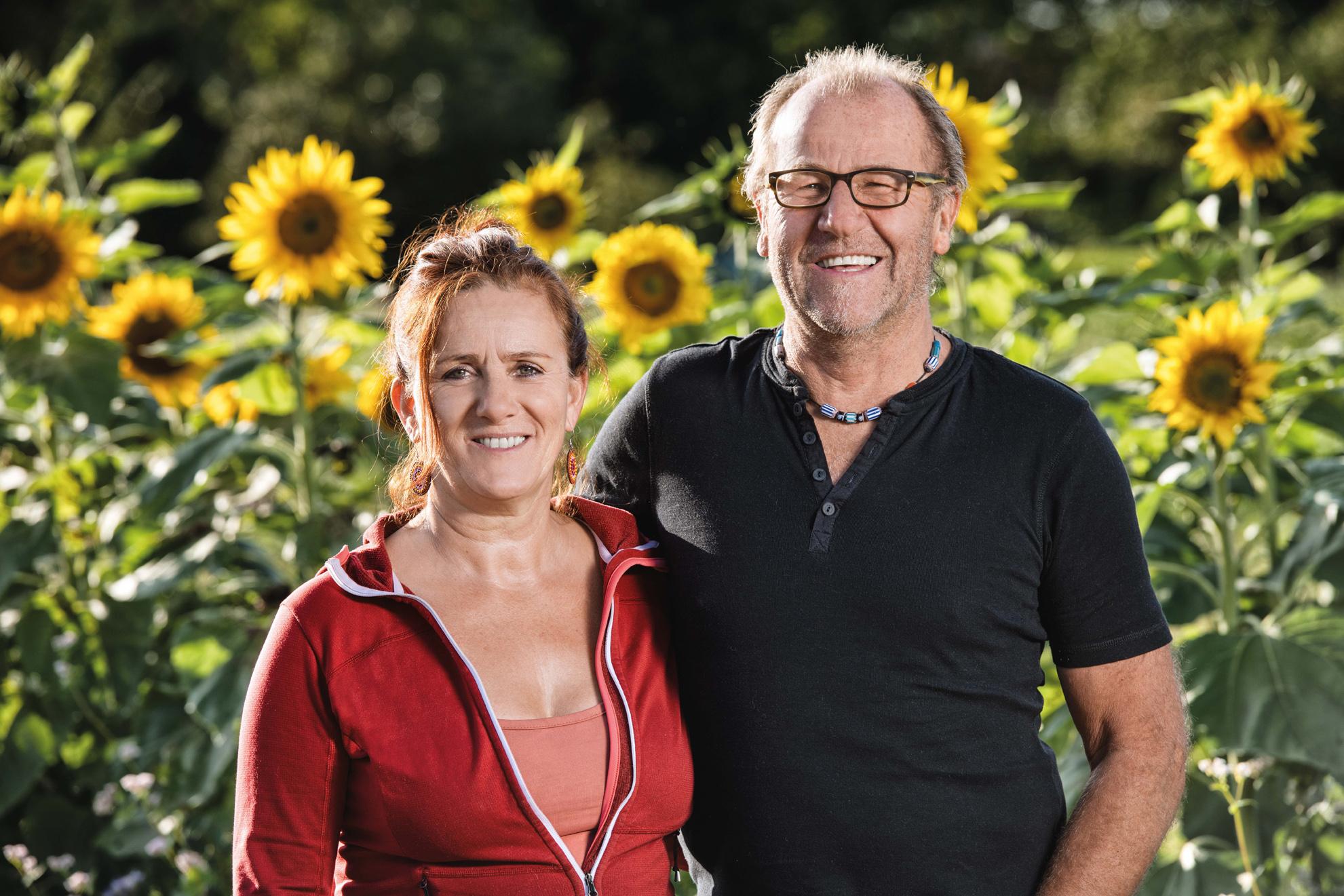Bio-Hof Glück | Jutta und Hans vor einem Sonnenblumenfeld