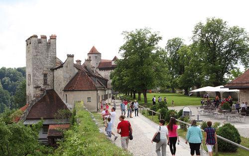 Burg Burghausen Spaziergaenger