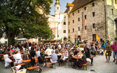 Effner Burgtage Tittmoning 2016 Burghof Mit Leuten 3501
