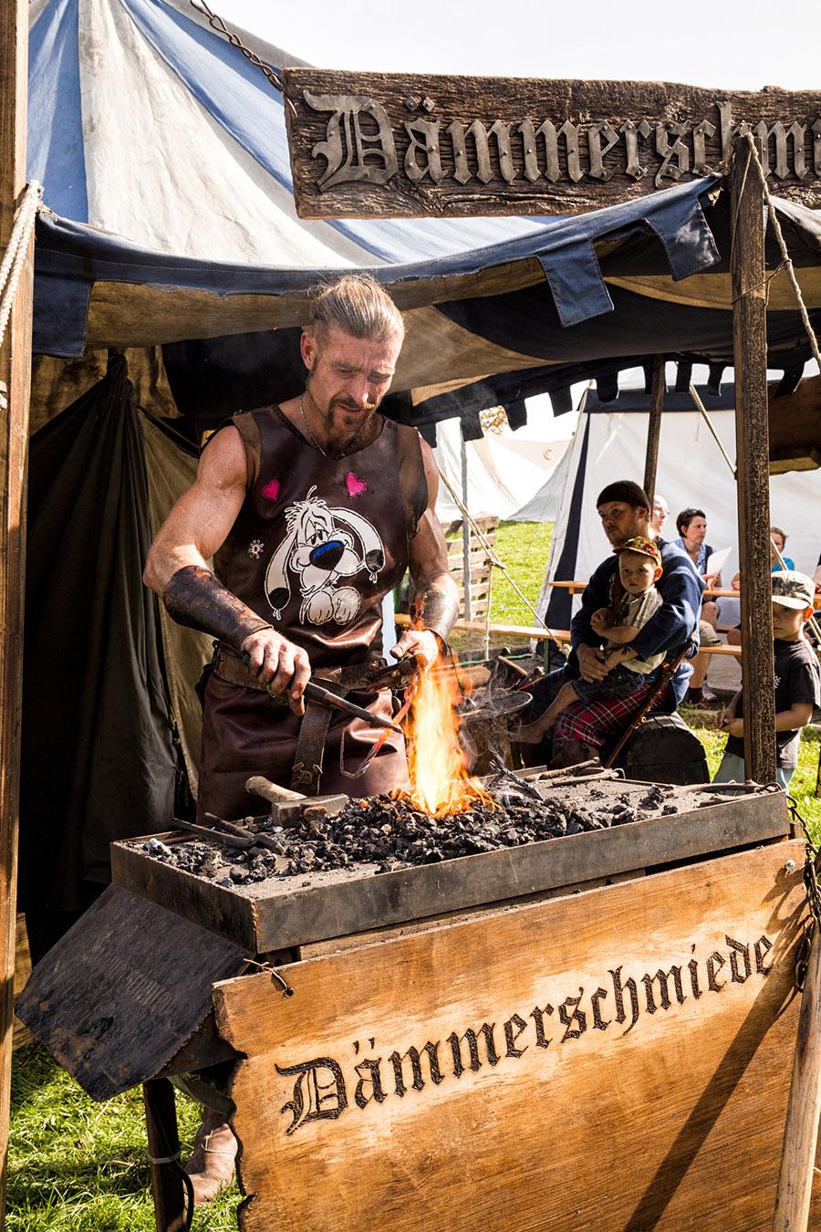 Burgtage Tittmoning, Schmied bei der Arbeit | Bayerisches Burgfest