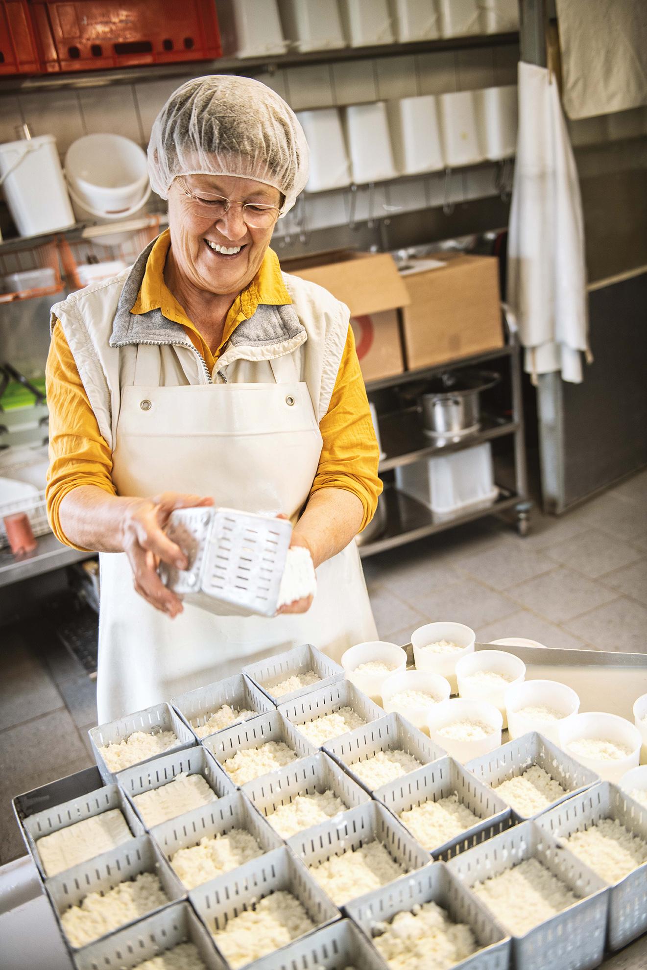 Ziegenhof Maria Frisch | Bäuerin beim Käsen